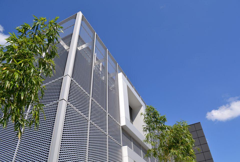 Streckgitterfassade des Verwaltungsgebäudes zur Verwendung als Hintergrund für Slider Produkte