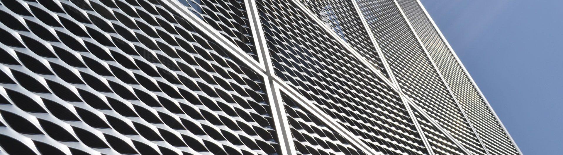 Streckgitter am Verwaltungsgebäude zur Verwendung als Hintergrund für Slider Hautnah